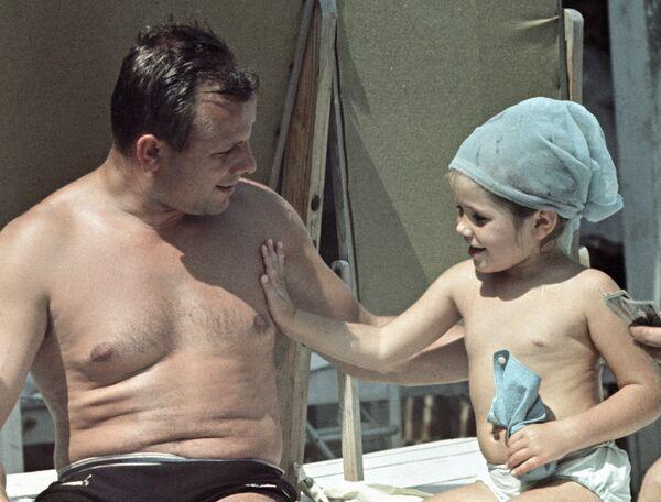 Космонавт Гагарин с дочкой