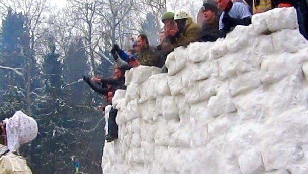 На Бакшевской масленице брали снежную крепость и лазили на столб