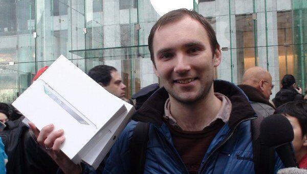 Первым покупателем обновленного планшетного компьютера iPad 2 в США стал 29-летний москвич Алексей Шумилов