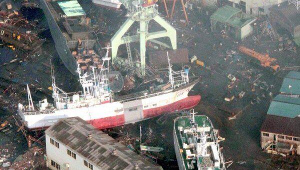 Суда, выброшенные на берег цунами после землетрясения в префектуре Мияги, северо-востоке Японии, 12 марта 2011