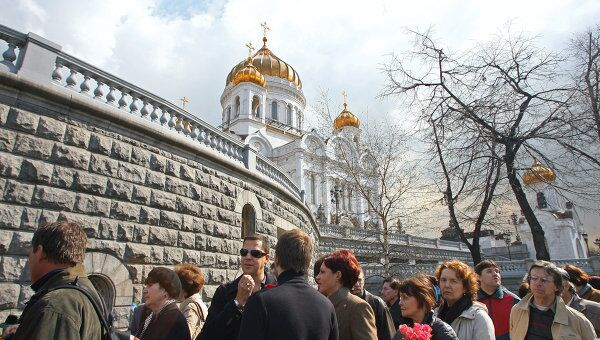 Люди около храма Христа Спасителя в Москве. Архив