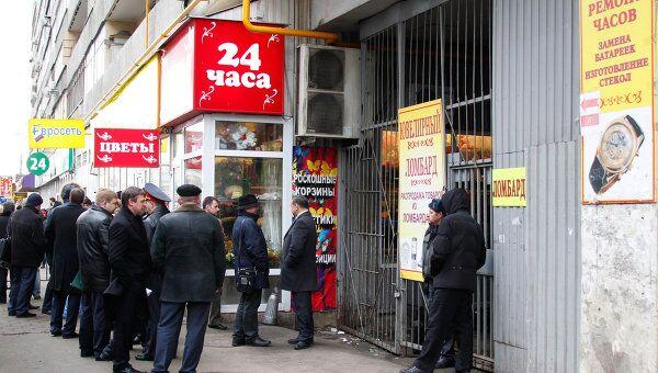 Сотрудники правоохранительных органов на месте нападения на столичный ломбард на Брянской улице.