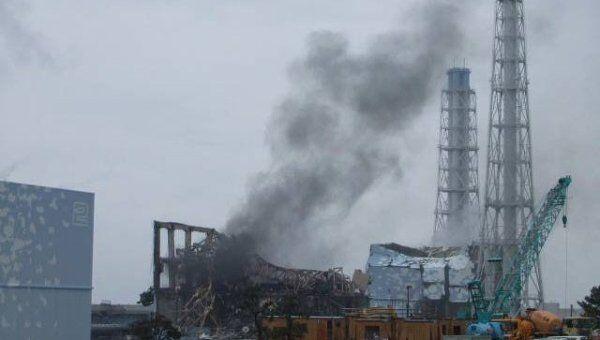 Дым над третьим реактором АЭС Фукусима
