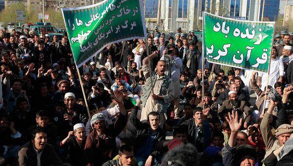 Манифестанты, протестующие против призыва американского пастора сжигать копии Корана