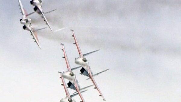 Русские витязи в свой юбилей показали зрителям фигуры высшего пилотажа