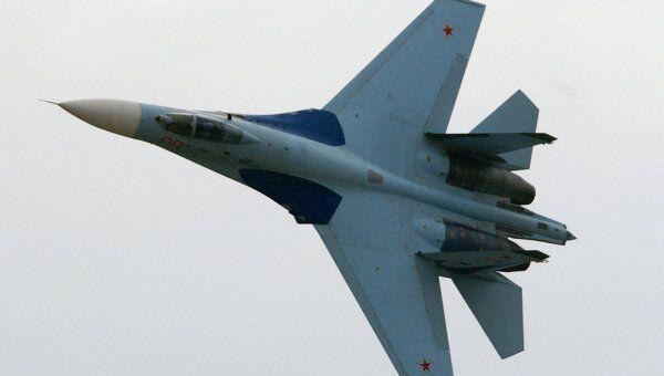 Истребитель СУ-27 в полете. Архивное фото