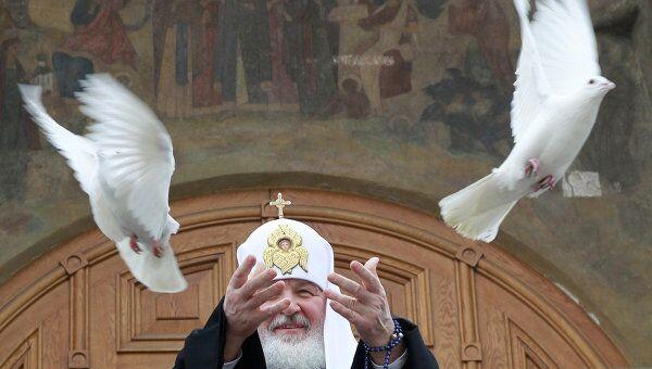 Патриарх Кирилл выпустил в небо голубей в честь праздника Благовещения