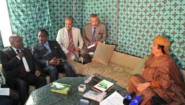 Президент ЮАР Джейкоб Зума (первый слева) и президент Конго Дени Сассу-Нгессо (второй слева) на переговорах с Муамаром Каддафи