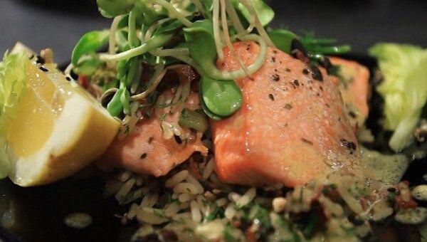 Семга с гарниром из риса, тушенного с овощами. Видеорецепт