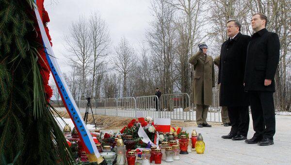 Возложение венков к мемориальному знаку на месте авиакатастрофы польского президентского самолета