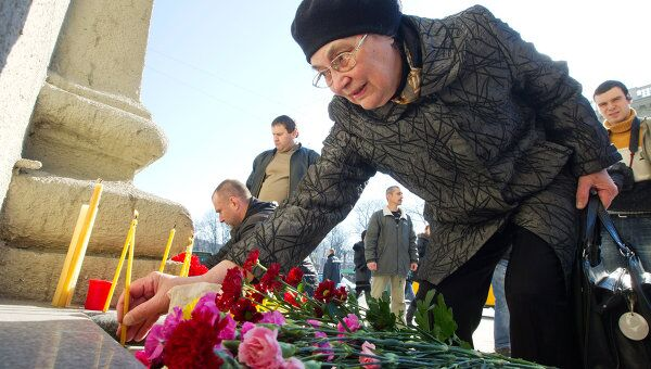 Возложение цветов у метро Октябрьская в память о погибших при взрыве