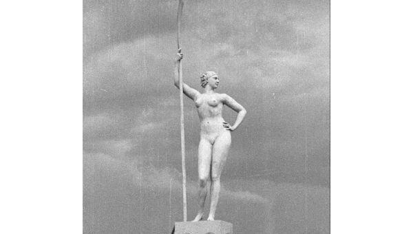 Памятник Девушка с веслом. Архив