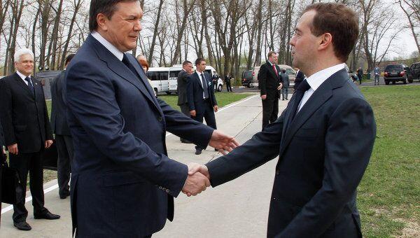Президент Украины Виктор Янукович приветствует президента России Дмитрия Медведева