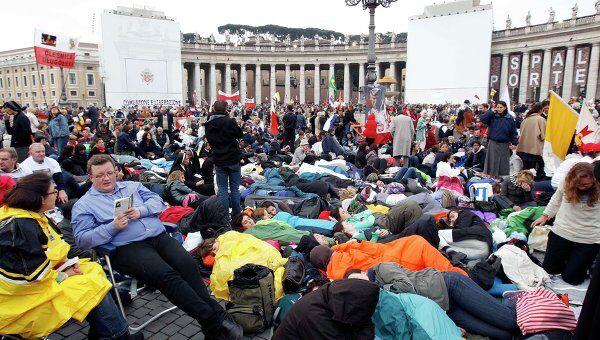 Люди в ожидании мессы по случаю беатификации Иоанна Павла II в Риме