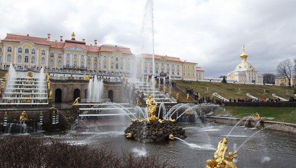 Большой каскад - главное сооружение грандиозного фонтанного комплекса Государственного музея-заповедника Петергоф
