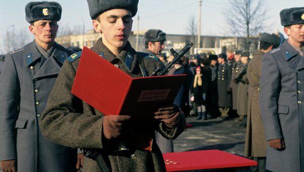 Молодой воин принимает присягу