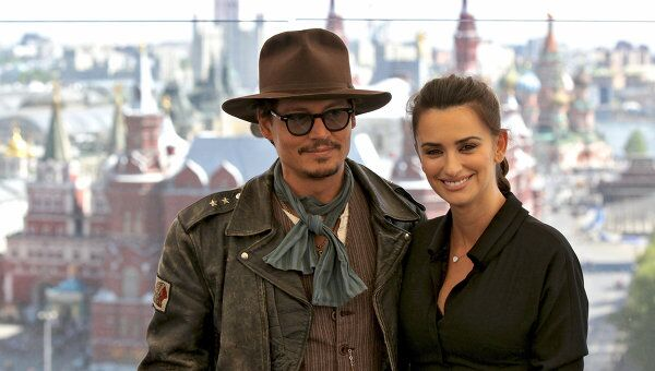 Американские актеры Пенелопа Крус и Джонни Депп на фотоколле