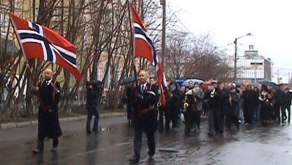 Праздничное шествие в Мурманске состоялось, несмотря на снег и ветер