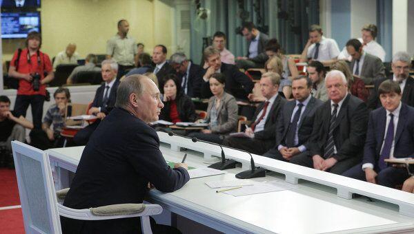 Премьер-министр РФ Владимир Путин проводит видеоконференцию в Москве