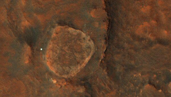 На снимке, сделанном зондом MRO, «Спирит» выглядит как яркая точка
