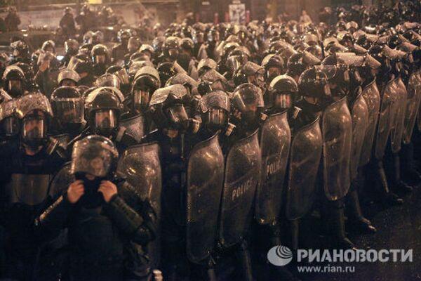 Грузинский спецназ рагоняет оппозиционный митинг на проспекте Руставели в Тбилиси