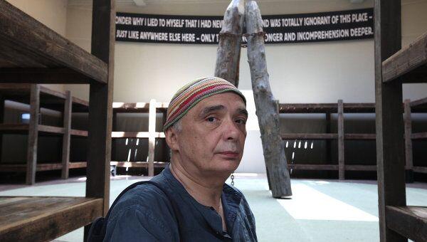 Художник Андрей Монастырский на фоне своего проекта Пустые зоны