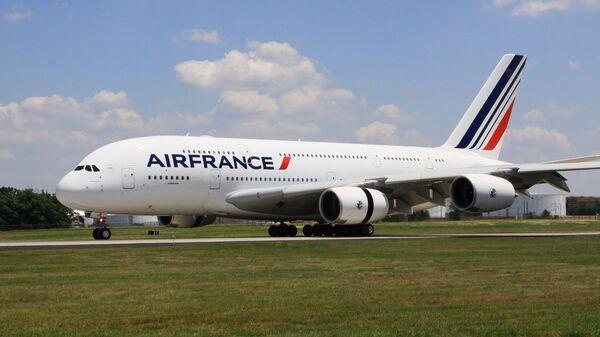Самолет Airbus 380 (A380, авиакомпания Air France) впервые приземлился в аэропорту имени Даллеса в Вашингтоне, 6 июня 2011 года.