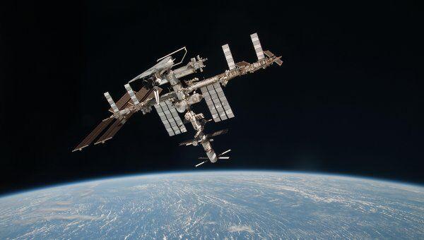 Международная космическая станция с пристыкованным к ней шаттлом Индевор, российскими Прогрессом и Союзом, а также европейским грузовиком Иоганн Кеплер