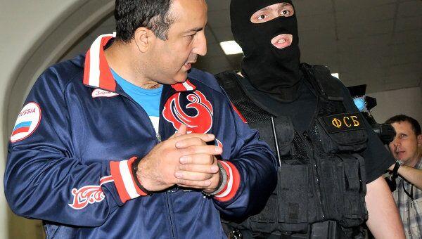 Работники ФСБ ведут Михаила Куликова, обвиняемого в получении взятки за покровительство нелегальному игорному бизнесу в Подмосковье, в зал Басманного суда.