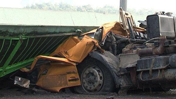 Самосвал врезался в пешеходный мост в Подмосковье. Видео с места ЧП