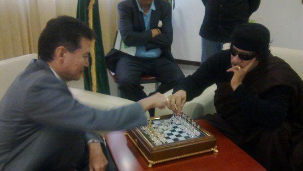 Илюмжинов играет в шахмат с полковником Каддафи