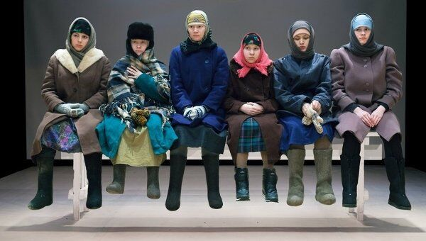 Сцена из спектакля Бабушки в театре Практика. Текст и постановка Светлана Землякова.