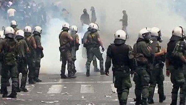 Полиция разгоняла демонстрантов в Афинах дубинками и слезоточивым газом