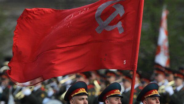 Военные проносят красное знамя. Архивное фото