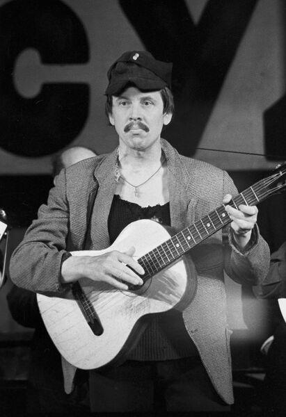 Артист Валерий Золотухин в спектакле Добрый человек из Сезуана