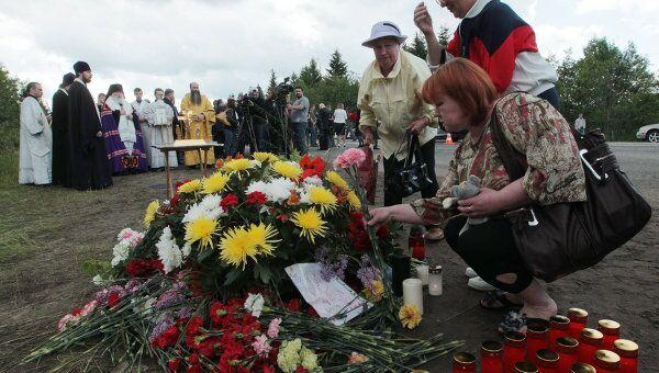 Жители Петрозаводска возлагают цветы на месте крушения пассажирского самолета ТУ-134 в Карелии. Архив