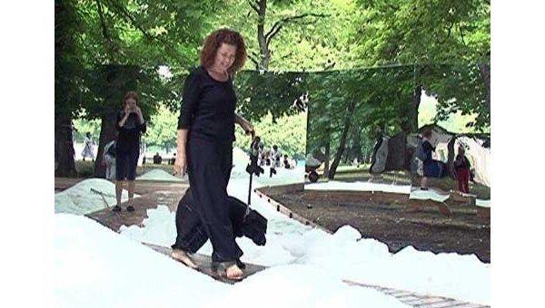 Посетители парка имени Горького играют в снежки в разгар лета
