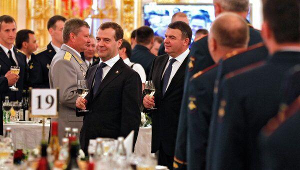 Президент РФ Д.Медведев поздравил в Кремле выпускников военных вузов с завершением учебы