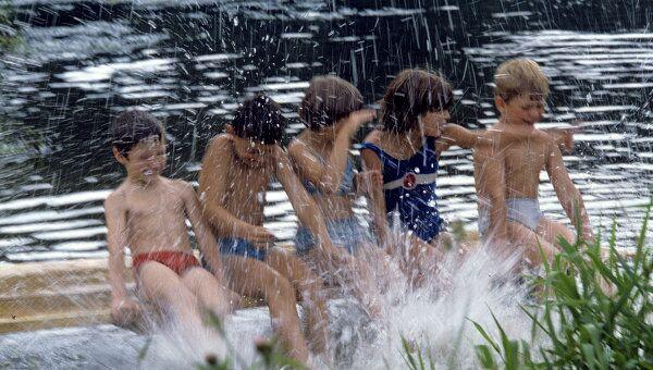 Дети во время купания в реке. Архив