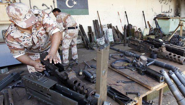 Ливийский повстанец разбирает оружие