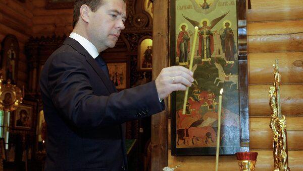 Д.Медведев ставит свечу за упокой душ погибших в результате крушения теплохода Булгария