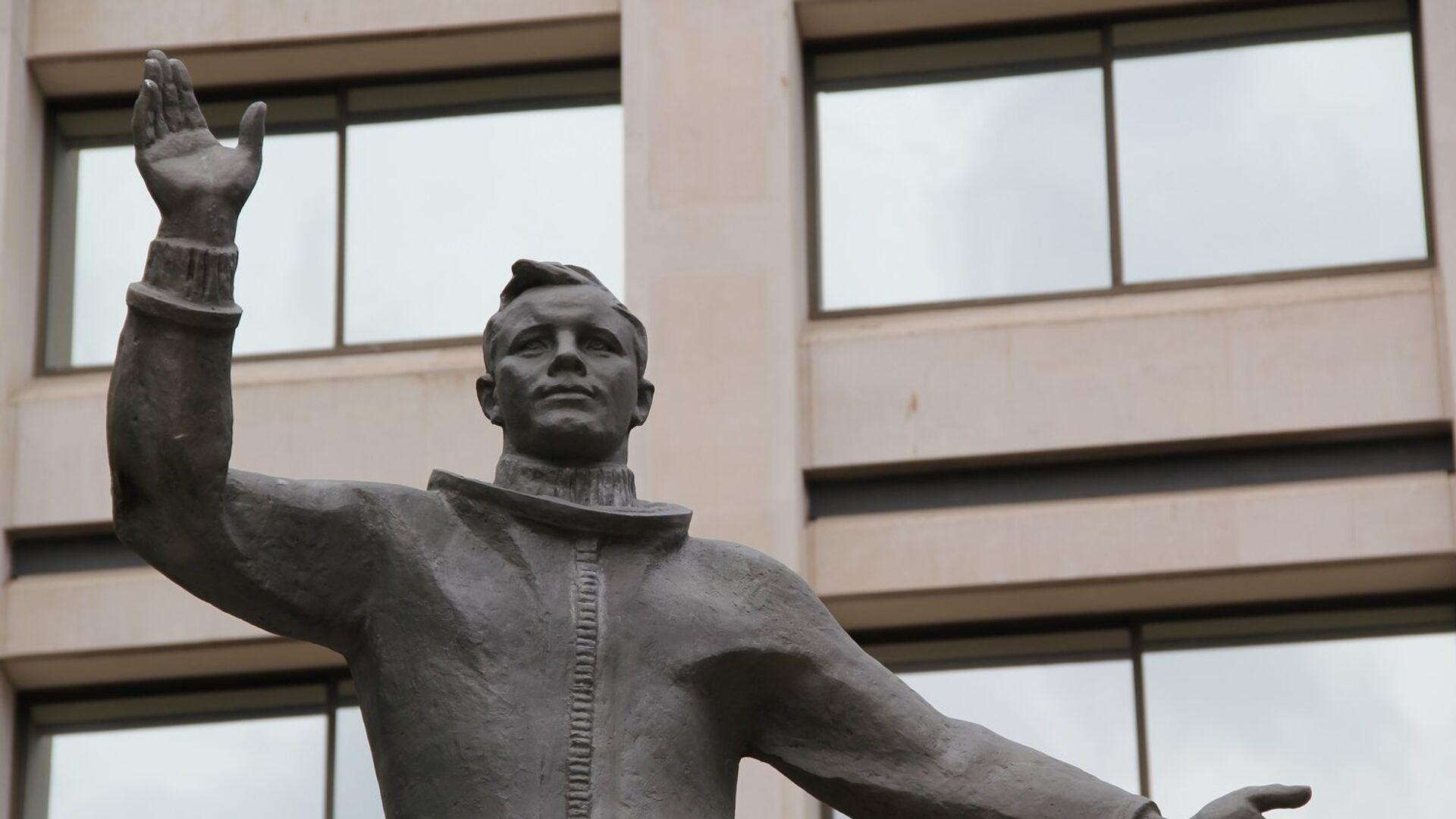 Памятник Юрию Гагарину в Лондоне у здания штаб-квартиры Британского Совета - РИА Новости, 1920, 13.04.2021