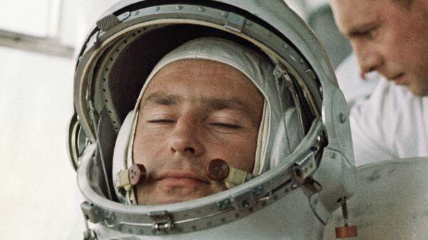 Летчик-космонавт Герман Титов перед стартом