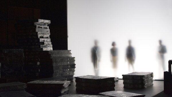 Сцена из спектакля Короткое замыкание на Авиньонском театральном фестивале