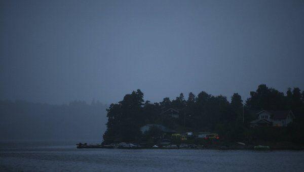 Полиция и скорая помощь в молодежном лагере под Осло, где неизвестный мужчина открыл стрельбу 22 июля 2011 года