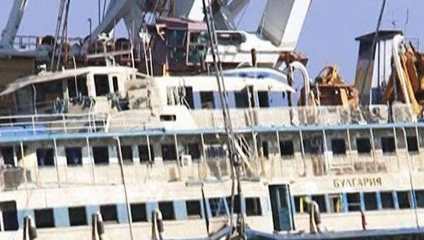 Специалисты МЧС ищут тела погибших на поднятой со дна  Булгарии