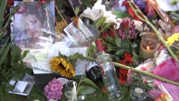 Поклонники Эми Уайнхаус несут к дому умершей звезды цветы и свечи