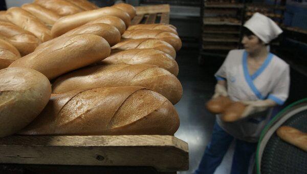 Работа линии по производству хлебобулочных изделий, архивное фото