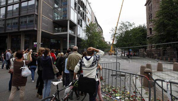 Жители Осло на месте взрыва