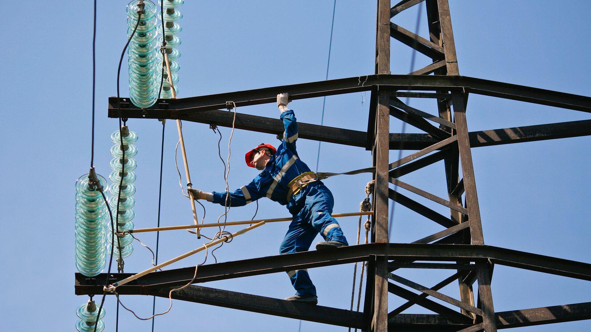 Монтажник проводит плановый ремонт на линии электропередач - РИА Новости, 1920, 16.11.2020